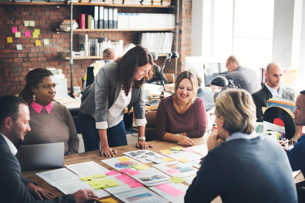 Quais os principais tipos de liderança e como eles afetam os resultados?