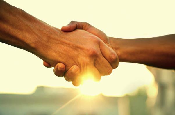 close de mãos se apertando em conformidade com algum acordo realizado